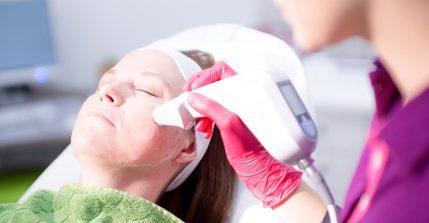Mit unserer Radiofrequenztherapie in Siegen straffen wir Ihre Haut ohne Operation und Nebenwirkungen.