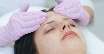 Mit einer Kosmetikbehandlung nach Zein Obagi tun Sie sich und Ihrer Haut etwas Gutes.